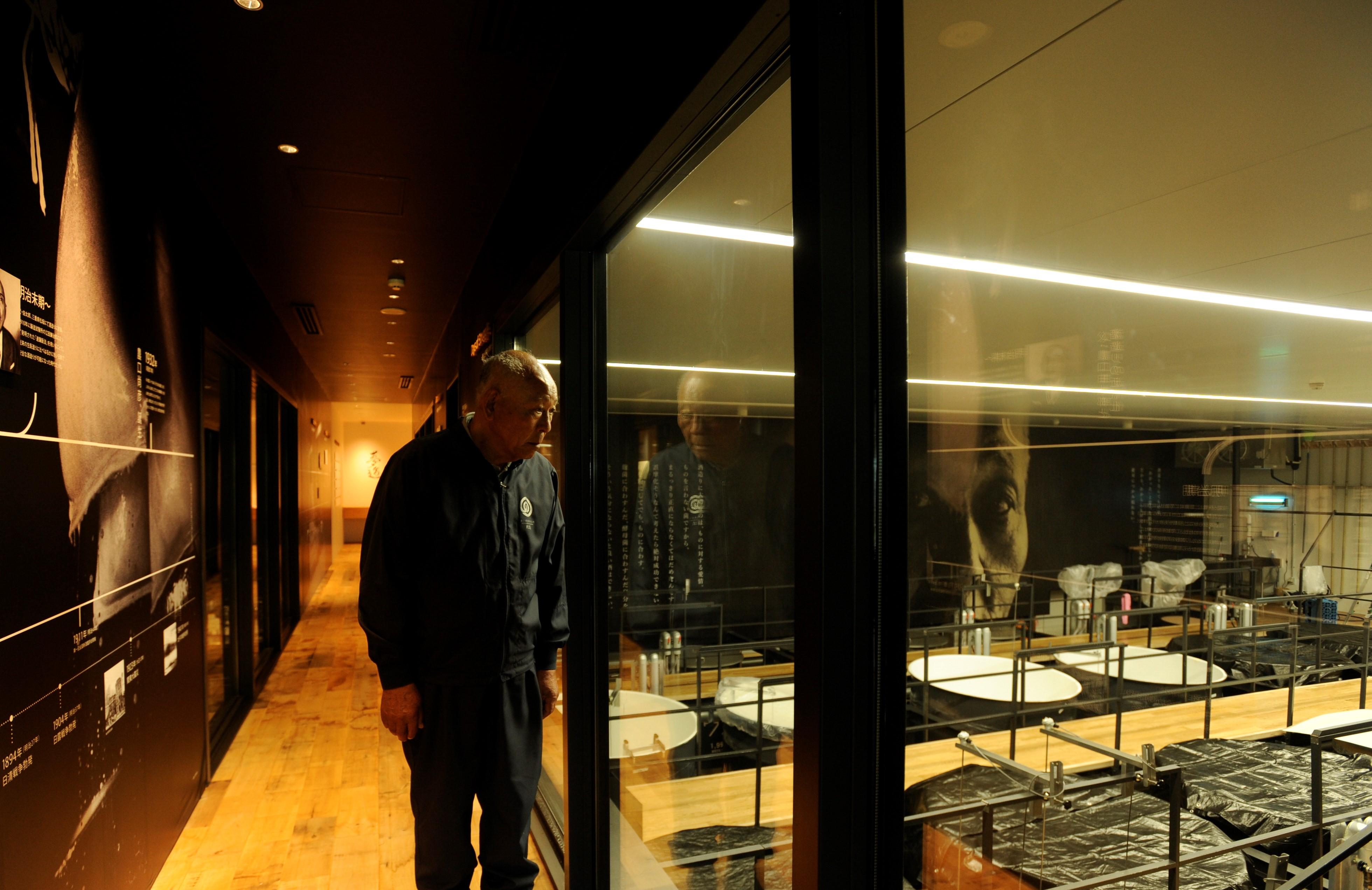 入り口を一度出て建物脇にある階段を上がると、酒蔵内部がガラス越しに見られるギャラリー