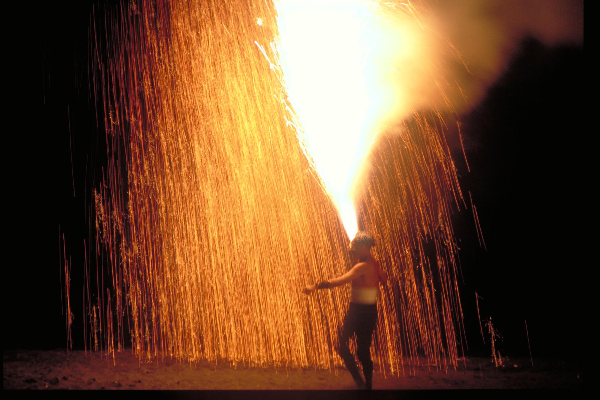 目の前で吹き上がる手筒花火は圧巻
