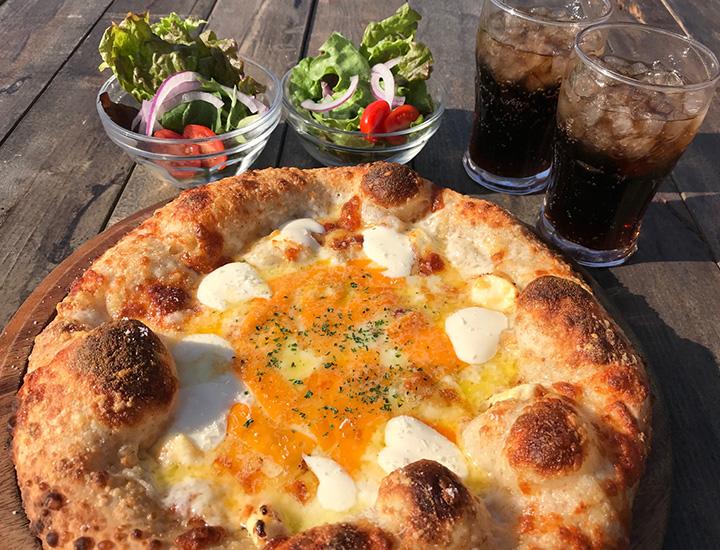 4種のチーズを楽しめる「クワトロケラー」。ランチはサラダやドリンク付きでSサイズ1,150 円、Mサイズ1,730円