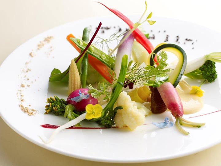 20種類の野菜を使ったスペシャリテは美瑛の丘を彷彿させるカラフルな一品