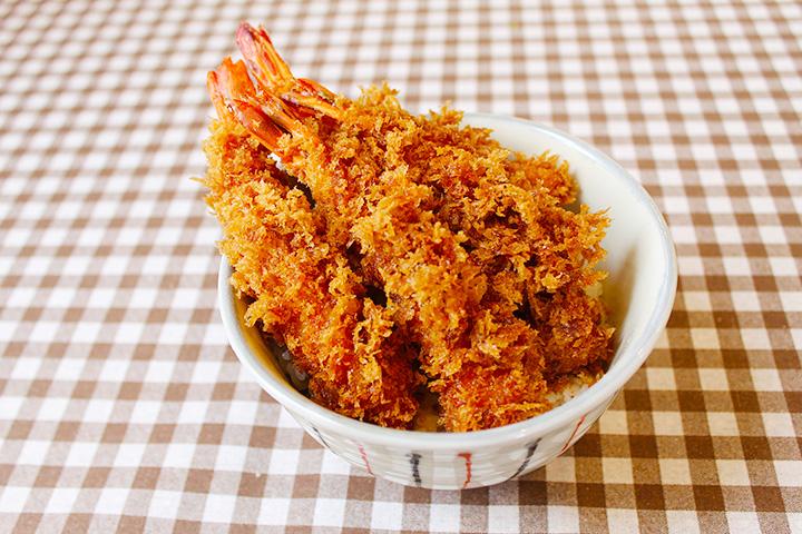 大きな海老フライが4本も乗った「海老丼 松」1,310円(味噌汁・サラダ・辛子茄子付き)