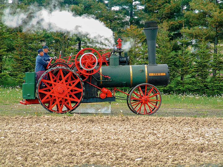 レトロでかわいい100年以上前のカナダ製蒸気トラクタ