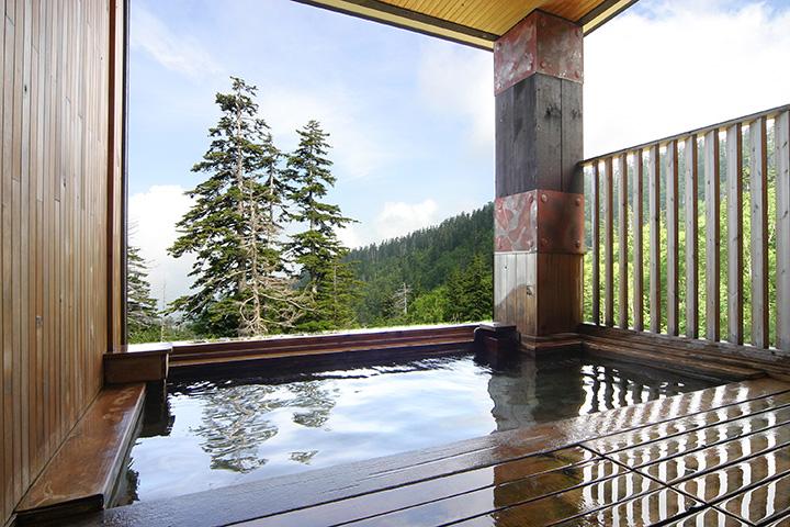 木の香り、さらりとしたお湯の感触、大自然の景観が心地良い
