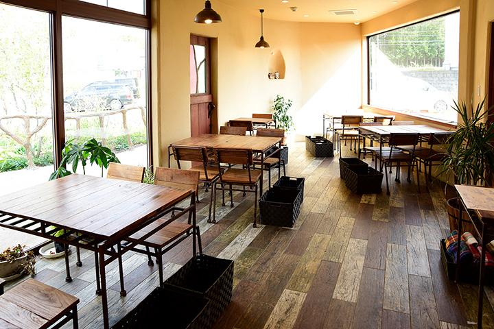販売コーナーで買ったパンのイートインもできるカフェスペース