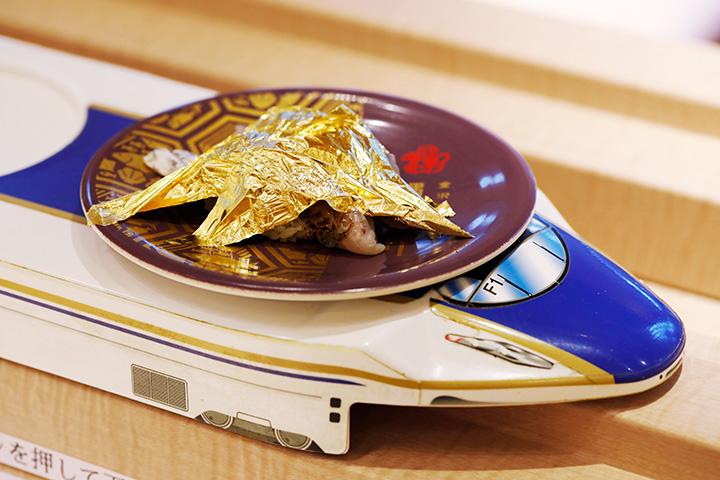 店内奥のテーブル席と小上がり席には、レーンを走る新幹線がお寿司をお届け