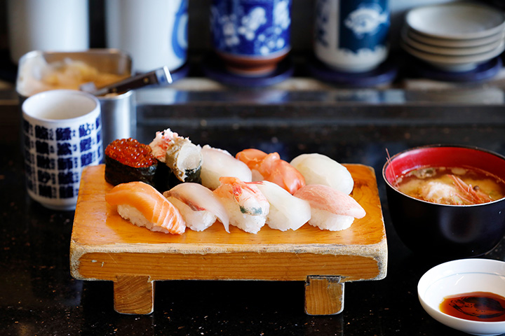 「中トロ」、「真鯛」、「赤貝」、「かにみそ」など10貫が味わえる「Bランチ」1,296円
