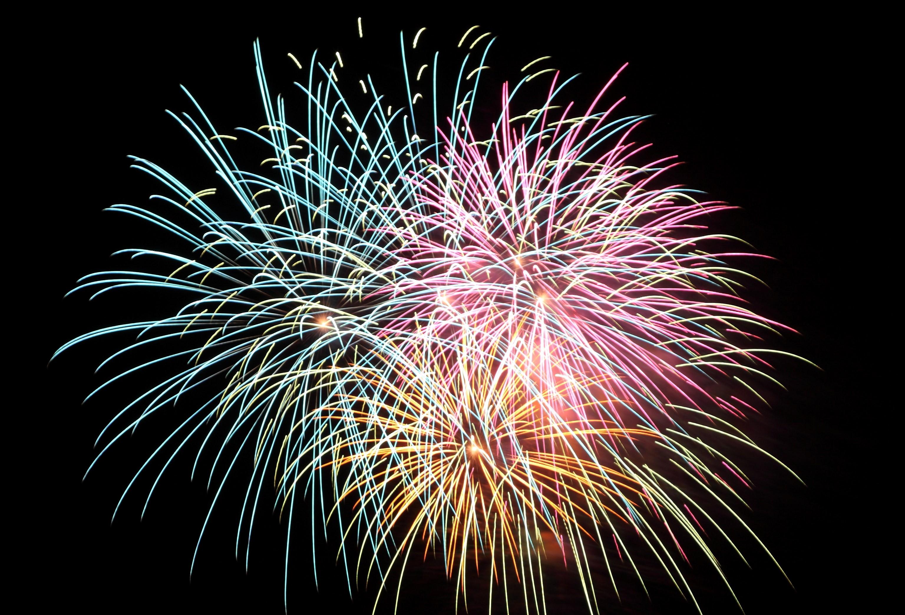 温泉街の目の前のビーチで打ち上がる大輪の花火