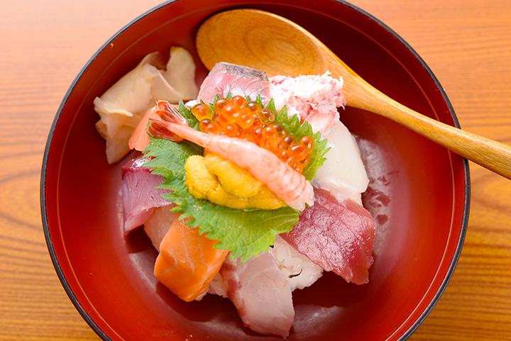 「てんこもり(海鮮丼)」1,000円(税別)。ランチタイムはお吸い物付き