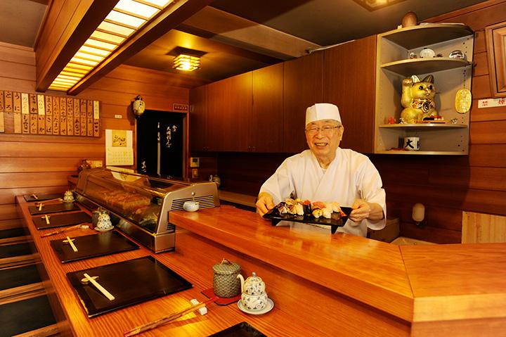 温和な店主との寿司談義も楽しみ。店内はカウンター10席のみ
