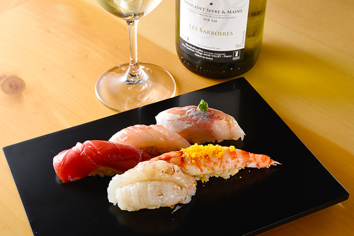 20品以上の寿司や小皿料理が楽しめる「おまかせコース」7,500円