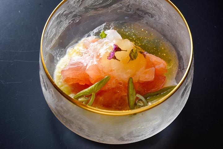 小皿の一品。「白エビとサワラ、ジュンサイのマリネ 焼きナスのピュレがけ(生クリーム添え)」