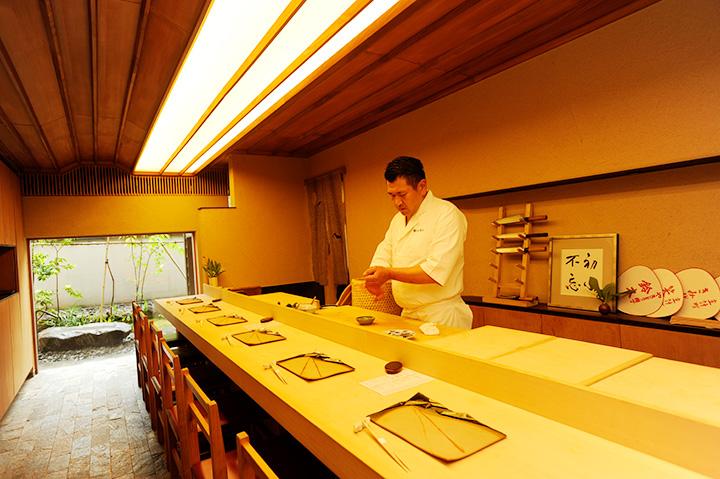 ヒノキのカウンターで包丁さばきを眺めながら寿司をつまむ贅沢なひととき