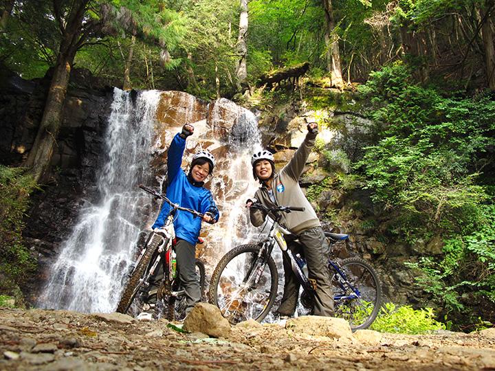 「マウンテンバイク」は富士山や滝を眺められるダウンヒルコース。所要3時間、5~11月催行
