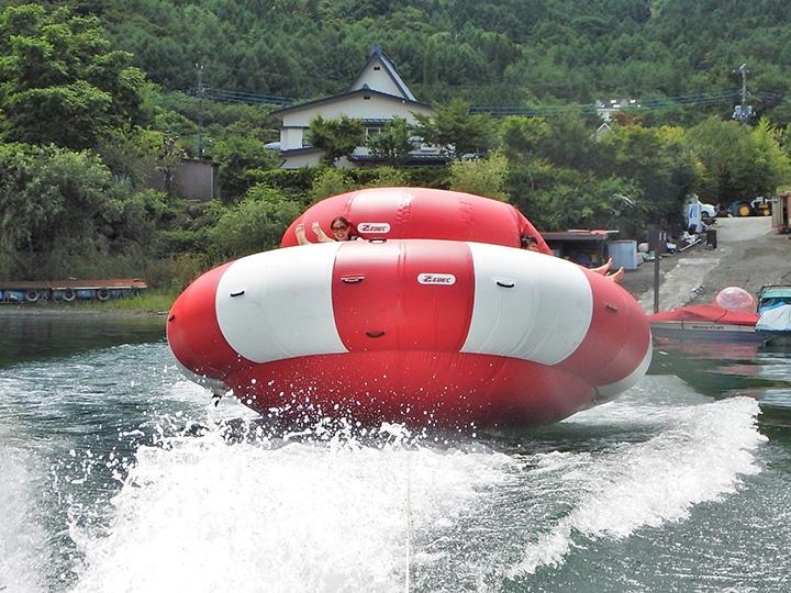 ボートが回転しながら進む「ハリケーンボート」(2~12人乗り)