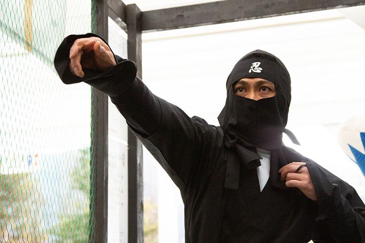 手裏剣体験。忍者の衣装に身を包めば、ワクワク感もアップ!