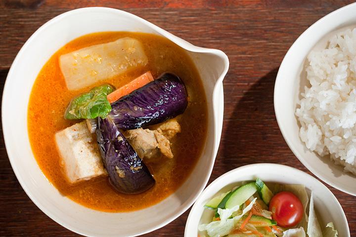 和風スープが野菜の旨みを引き立てるスープカレー(ライス・サラダ付き)800円
