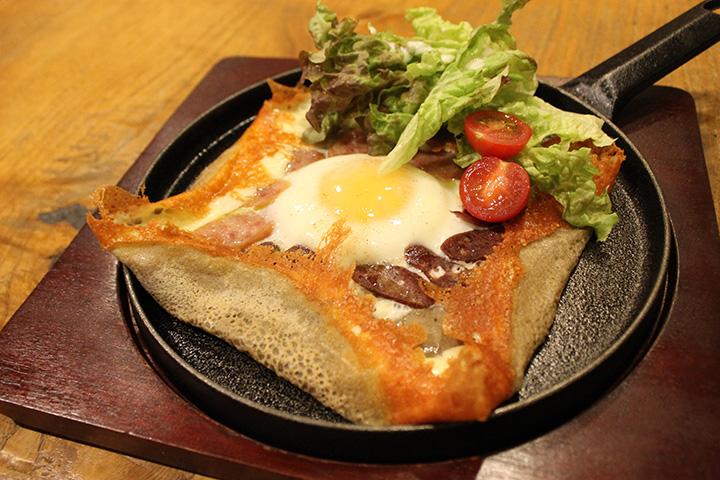 そば粉や卵、野菜など地元産食材が満載のガレット(サラダ・鹿肉ソーセージ入り)780円