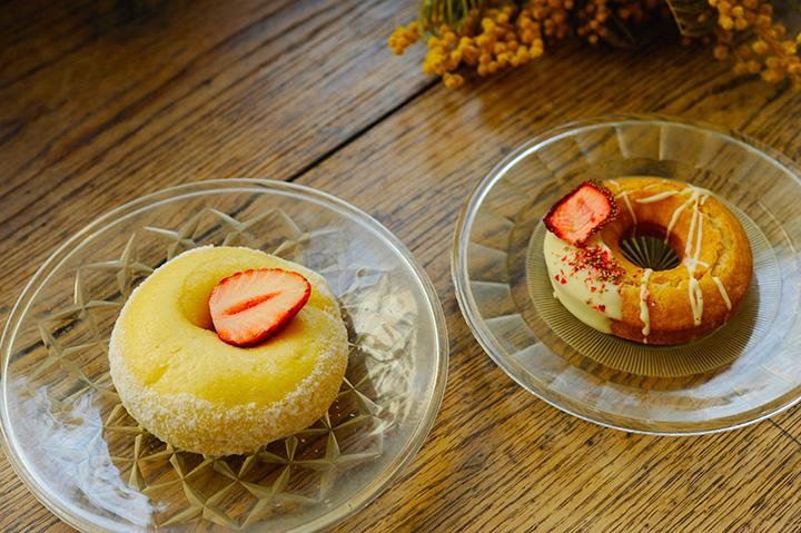 左から「いちご クリームチーズ」240円、「いちご ファッション」210円(各税別)