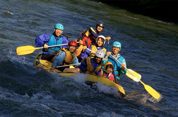 空知(そらち)川の清流を下る「ラフティングツアー」は鉄板のプログラム