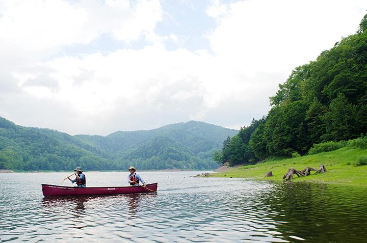 湖面からしか行けないエリアでは手つかずの自然に触れられる
