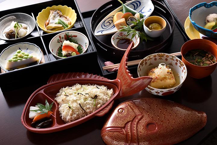 「松花堂 鯛ごはん」3,780円 季節の小鉢が入った松花堂、瓔珞豆腐、赤出汁、デザート付き