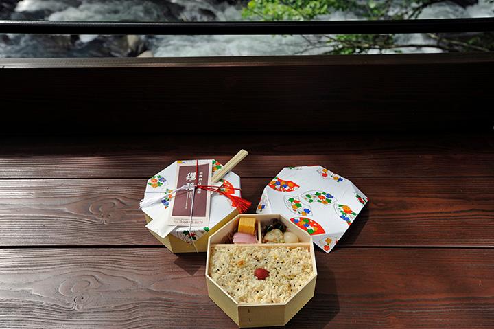 早川沿いの「YOURAKU TERRACE」では鯛ごはんのお弁当を食べられます