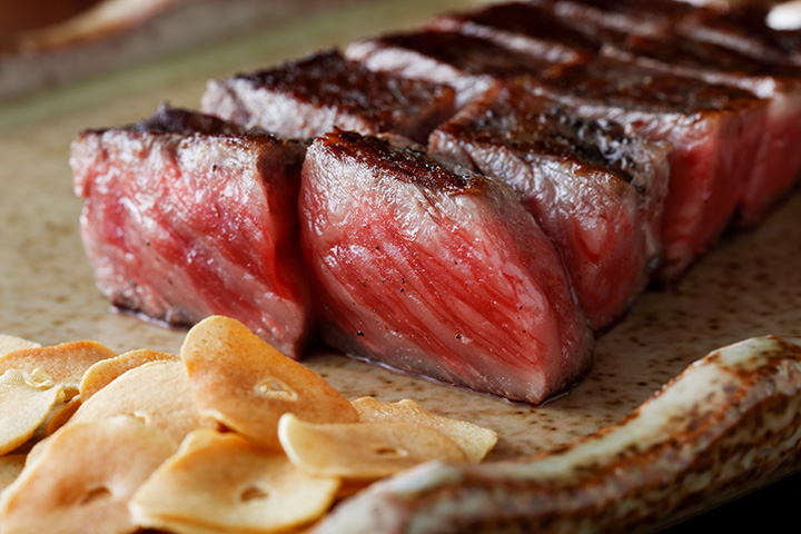 ランチは「黒毛和牛 サーロインランチ」5,000円、「鉄板焼きステーキランチ」3,500円など(各税別)