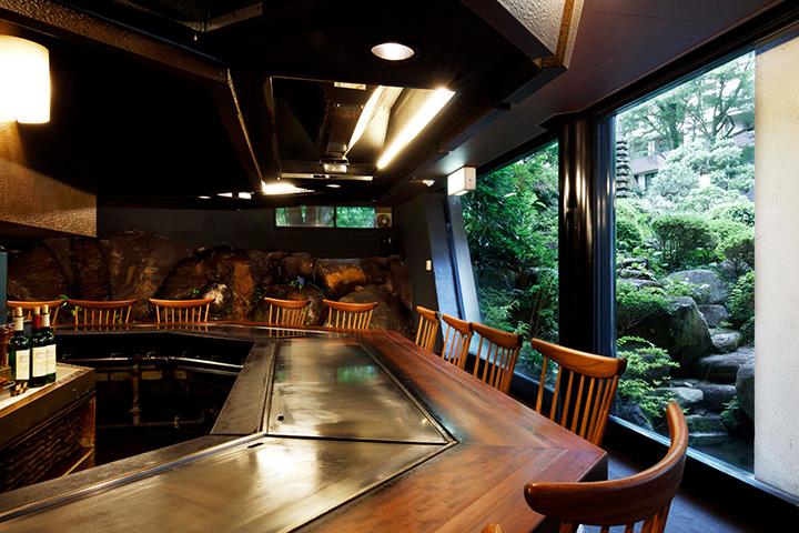 全部で18あるカウンター席からは日本庭園を眺められる
