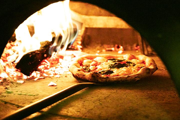 まき窯の火を眺めているとおいしいピザへの期待が高まる