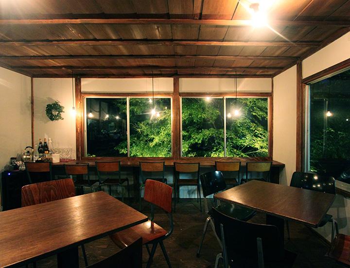 外の風景となじむ、木のぬくもりがあふれる店内