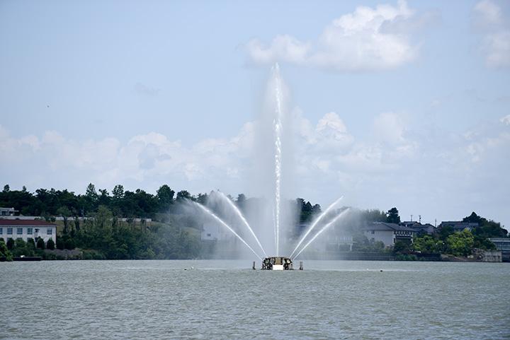 噴水を眺めるには湯の元公園の先、「浮御堂」がベストスポット