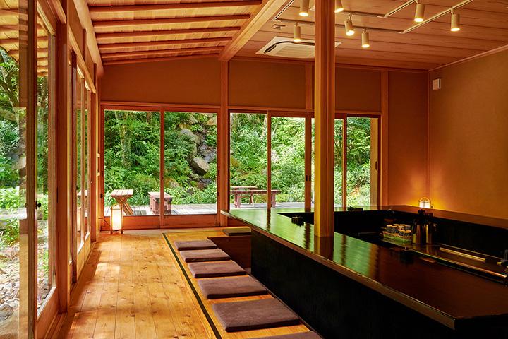 ガラス張りの大きな窓から美しい日本庭園を眺められる ※画像写真の無断転載を禁じる