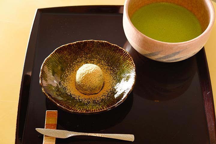 わらびもちの中にはこしあんがたっぷり。「ちもとの御菓子とお茶セット」800円