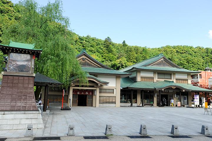 中央の建物が「菊の湯」女湯、右は山中伝統芸能が催される「山中座」