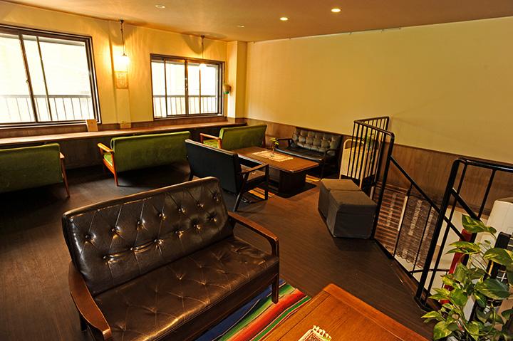 らせん階段を上がった2階にある、広々としたソファ席