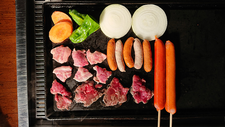肉やソーセージ、野菜盛り合わせ、焼きそば麺などのセットメニューをチョイス