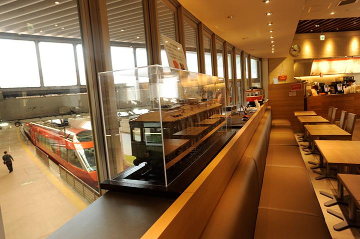 窓が大きくて天井が高く、開放的な店内