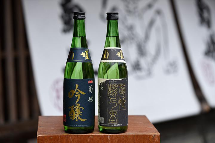 左から「菊姫吟醸」、世界的なワイン品評会の「SAKE」部門でチャンピオンに輝いた「鶴乃里」、共に720ml[