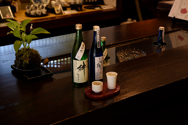 左から「純米吟醸 絆」720ml 、スパークリングタイプの「鮮(せん)」500ml
