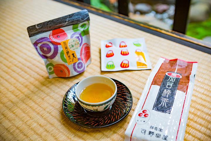 「加賀棒茶」各種。左から「ティーバッグ」(10個入り)500円、「ちょこっとパック」(10g)115円、「薫(かおり)」(100g)525円(すべて税別