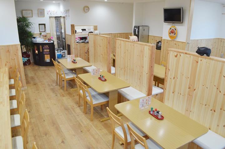 カウンター、テーブル、小上がりでおよそ50席の店内