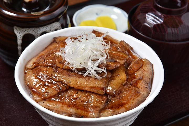 「かみこみ豚」の肉を使った「特上豚丼(バラ)」930円