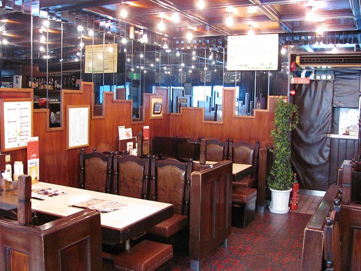 1階にはテーブル席と個室、2階には宴会用の和室も