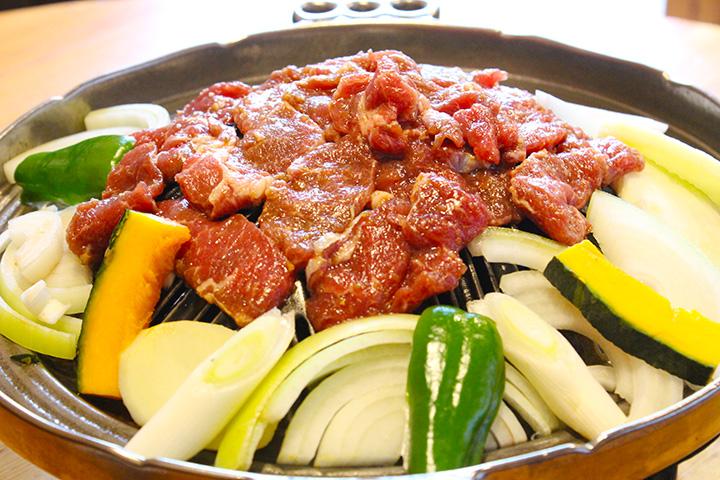 色とりどりの野菜と一緒に焼く「キングラム」700円と「キングマトン」600円。各1人前