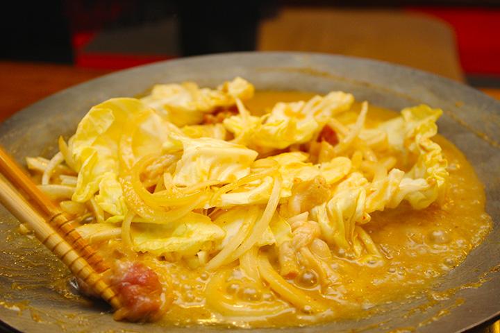 豚ホルモンとラム肉を一緒に煮込む「ホルジン」1人前540円。注文は2人前から