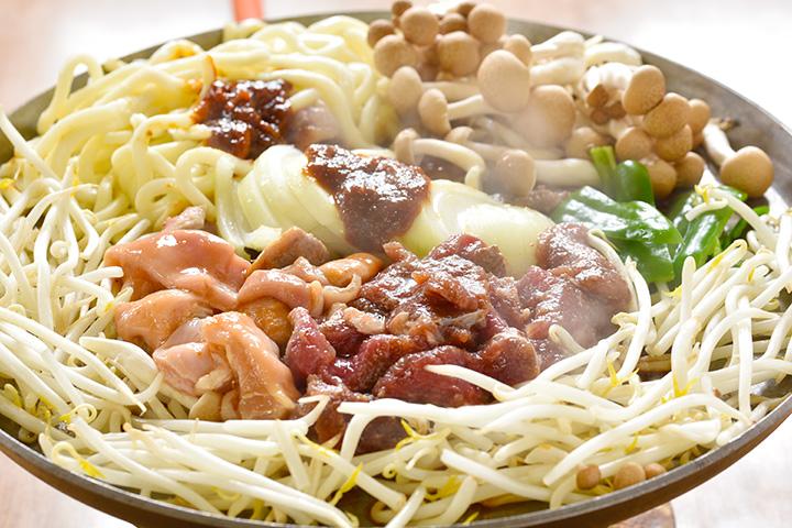 「ホルジン」。ホルモンとジンギスカンは1人前各600円。野菜盛り合わせ500円、うどん200円