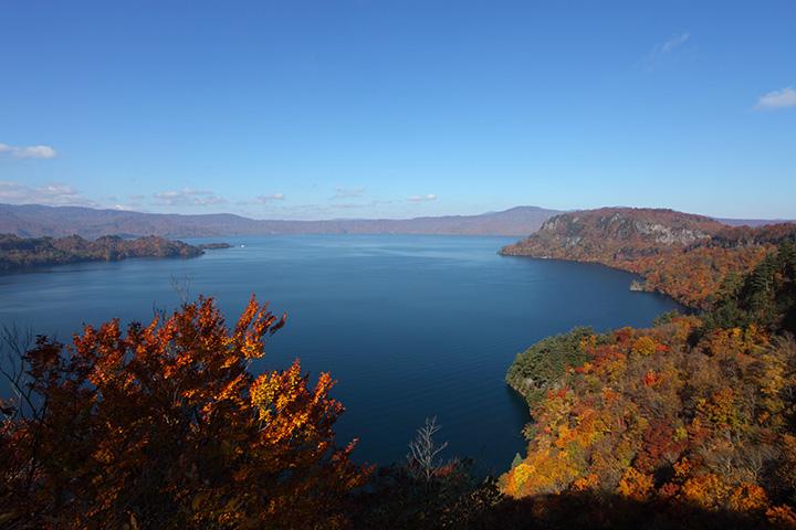 十和田湖の青が映える絶好の紅葉スポット