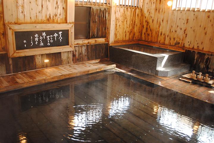 「久安(きゅうあん)の湯」は、以前混浴だったため浴室は1つ。時間で男女を入れ替え