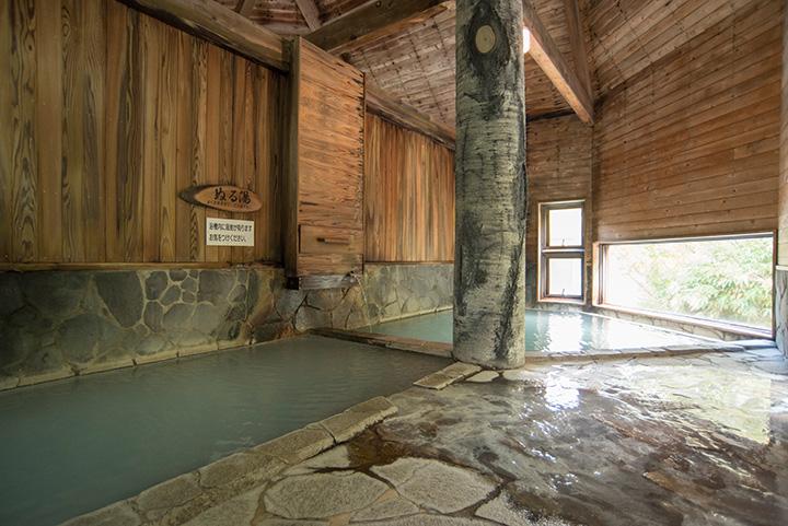 内湯には洗い場がなく、純粋に湯あみを満喫できます