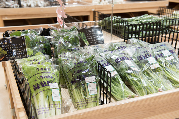 農産物直売コーナーに並ぶ、摘みたてのみずみずしい野菜やフルーツ